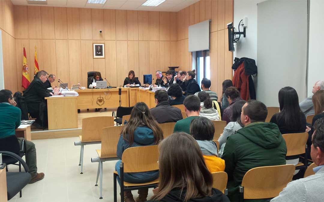 Juicio contra los acusados de haber publicado tuits de odio hacia la Guardia Civil tras el triple asesinato de Igor el Ruso en Andorra el pasado mes de noviembre./ Aragón Radio