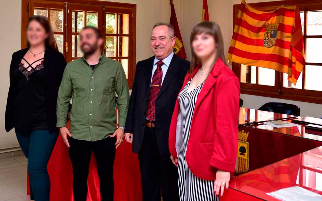 El alcalde de Escucha, el segundo por la derecha, cuando fue elegido este pasado mes de mayo. L. C.