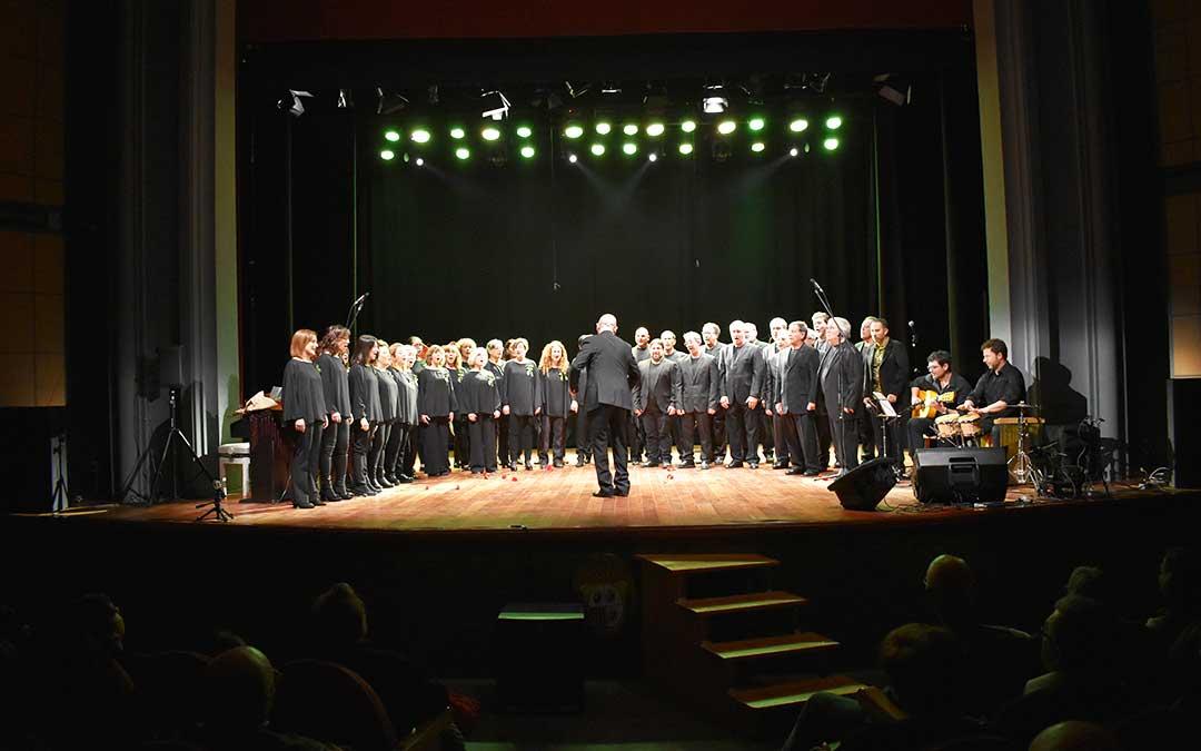 Los muchos miembros del Coro Ciudad de Caspe y su director Javier Garcés.