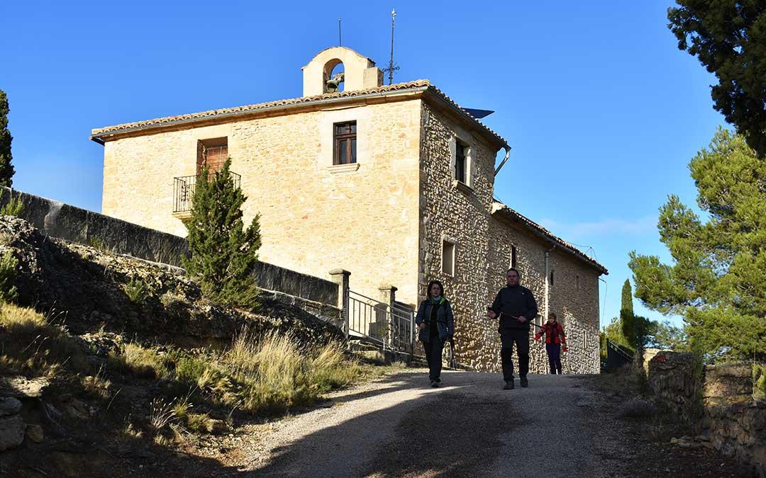 Senderistas paseando por la ermita de Belmonte, en una de las partes más altas de la zona.