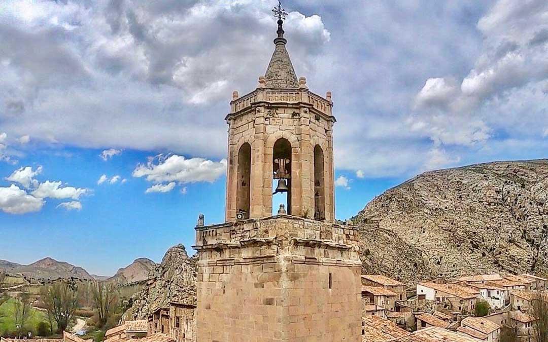 En la torre de la iglesia se aprecian los desprendimientos exteriores y diferentes grados de intervenciones. Ayto. Miravete