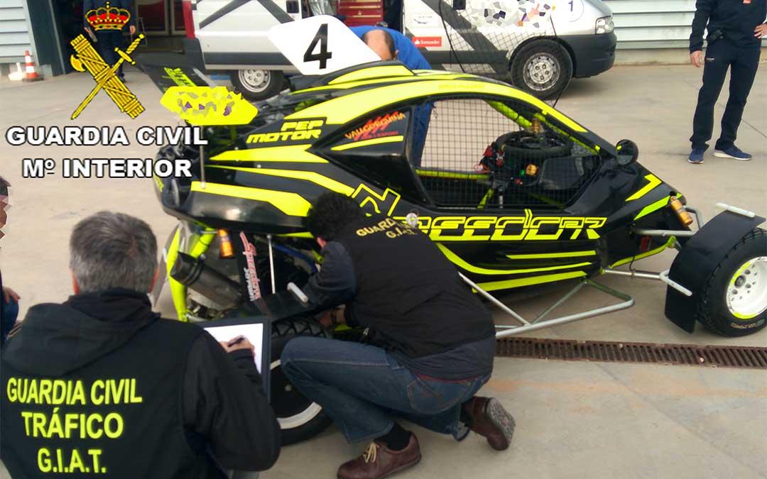 La Guardia Civil inspecciona varios vehículos de Autocross./ Guardia Civil