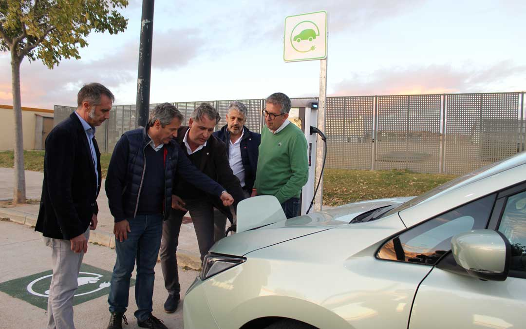 Ramiro Domínguez, Daniel Pérez, Joaquín Moreno, Luis Esteban y Kiko Lahoz, recargando el coche en Motorland. / B. Severino