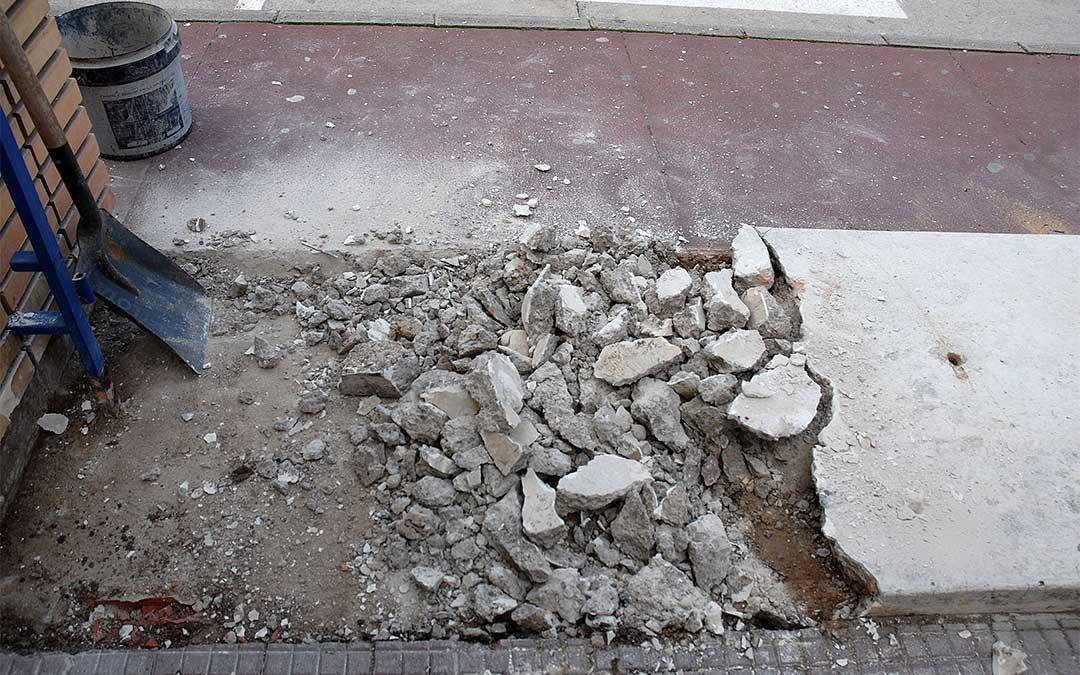 Retirada de la losa de hormigón situada en la entrada principal del parque infantil de la Avenida Aragón./ Ayuntamiento de Alcañiz