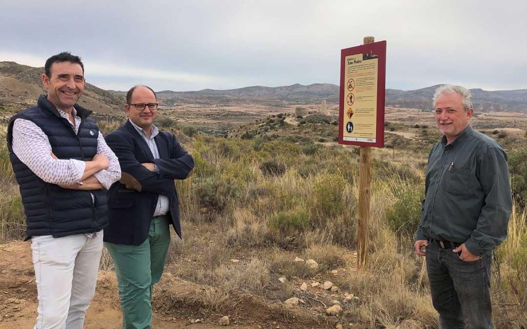 De dcha. a izq., el alcalde de Oliete, Rogelio Villanueva; el vicepresidente Alberto Izquierdo y José Royo, director del Parque Cultural del Río Martín a la entrada al yacimiento / DPT