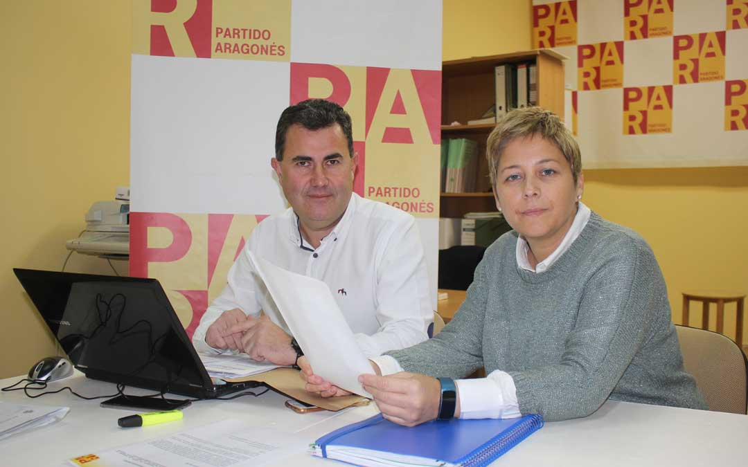 Eduardo Orrios y Berta Zapater, ediles del PAR, han presentado sus enmiendas este lunes en rueda de prensa / L. Castel