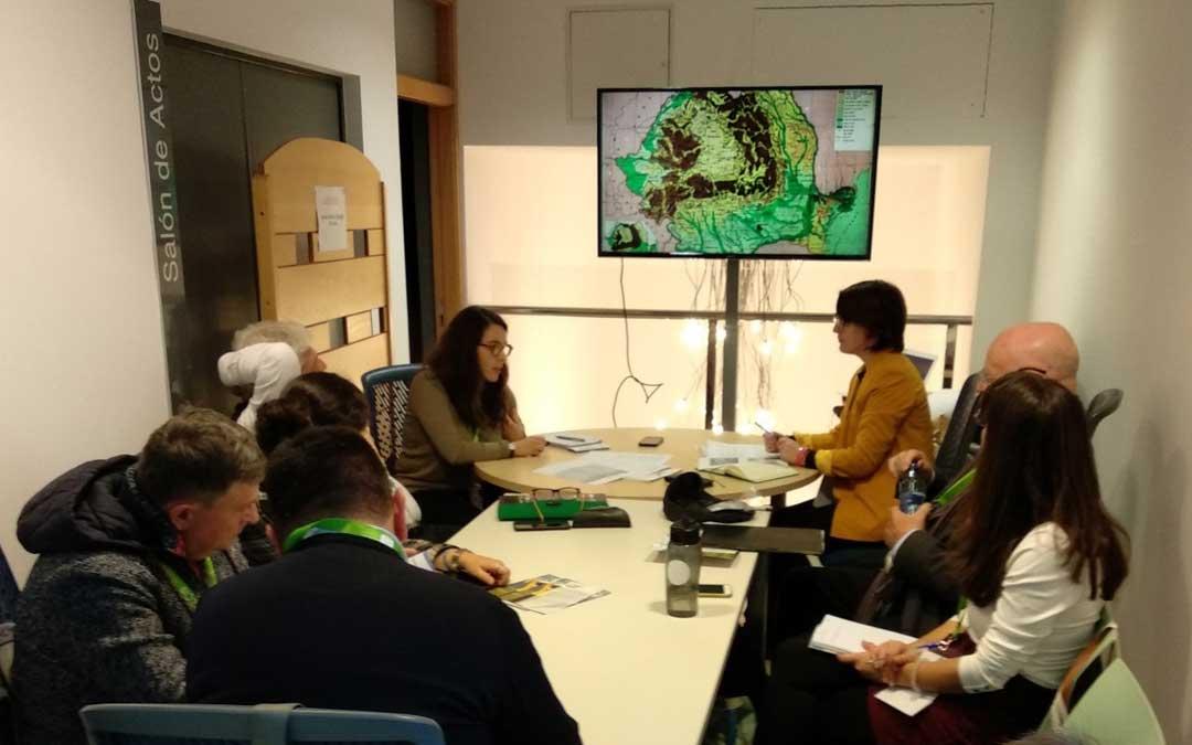 La técnica de la Oficina de Programas Europeos Laura Gascón ha coordinado un taller en el que se han compartido experiencias para la gobernanza inteligente en territorios de montaña, como la Sierra de Albarracín o el Maestrazgo / DPT