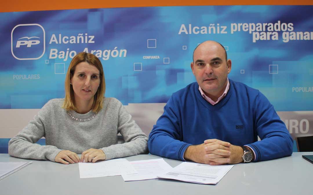 Los concejales del PP Anabel Fernández y Juan Carlos Gracia Suso, este lunes, en rueda de prensa / L. Castel