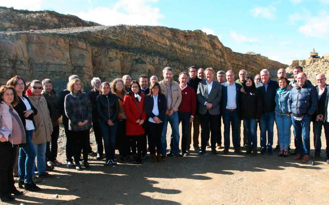 Los socialistas con Ximo Puig a la cabeza visitaron el domingo las obras del Puerto de Querol que terminarán con las eternas curvas.