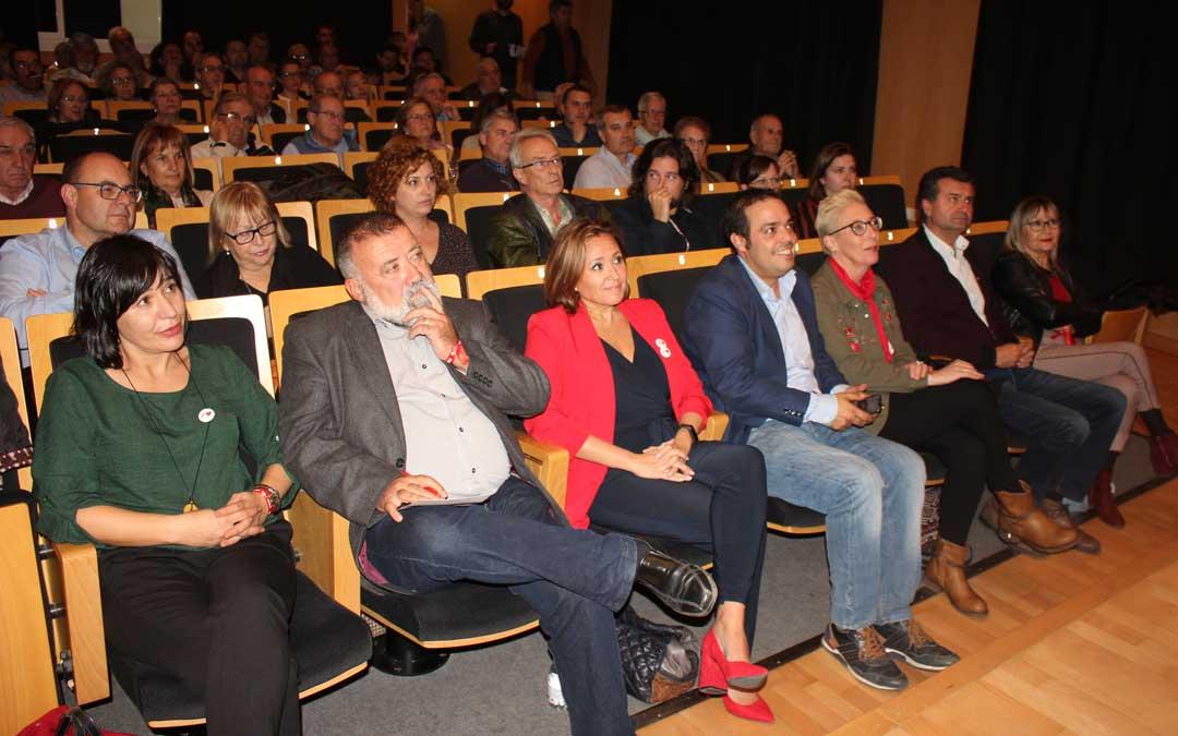En el centro, el nº1 al Congreso del PSOE por Teruel, Herminio Sancho; y la secretaria general de los socialistas turolenses, Mayte Pérez, junto a otros miembros de la lista y cargos del partido en el acto público de este miércoles en Alcañiz / L. Castel