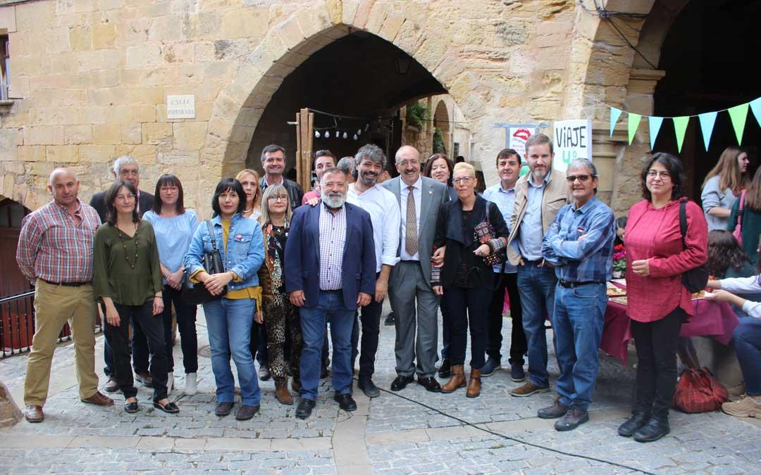 Los candidatos al Congreso y al Senado por Teruel han hablado con los productores de alimentos y artesanía que participan en la Feria de Monroyo este sábado / L. Castel