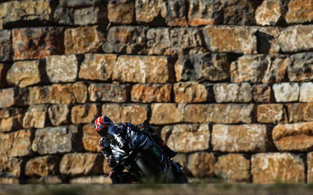 Rea a los mandos de la Kawasaki junto al muro de Motorland Aragón