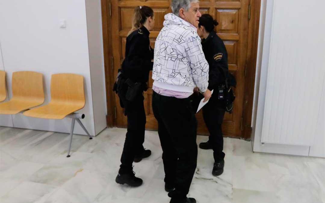 El acusado, instantes antes de entrar ayer al juicio en la Audiencia Provincial de Teruel/ Javier Escriche