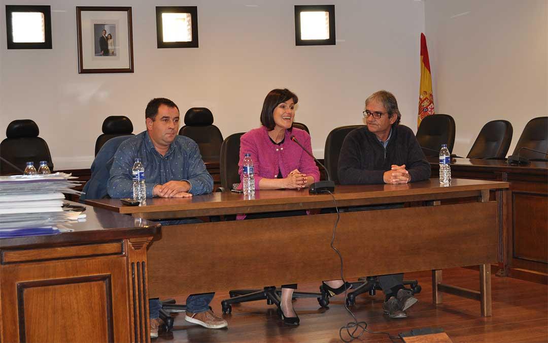 La directora general de Turismo del Gobierno de Aragón, Elena Allúe, ha entregado los certificados del SICTED este miércoles en la sede de la Comarca del Matarraña./ Javier de Luna