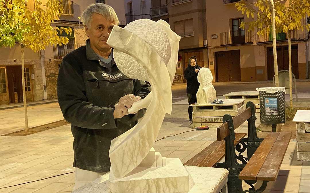 Dos de los artistas participantes en la plaza del Convento de Albalate, convertida en taller de arte./ Alicia Martín