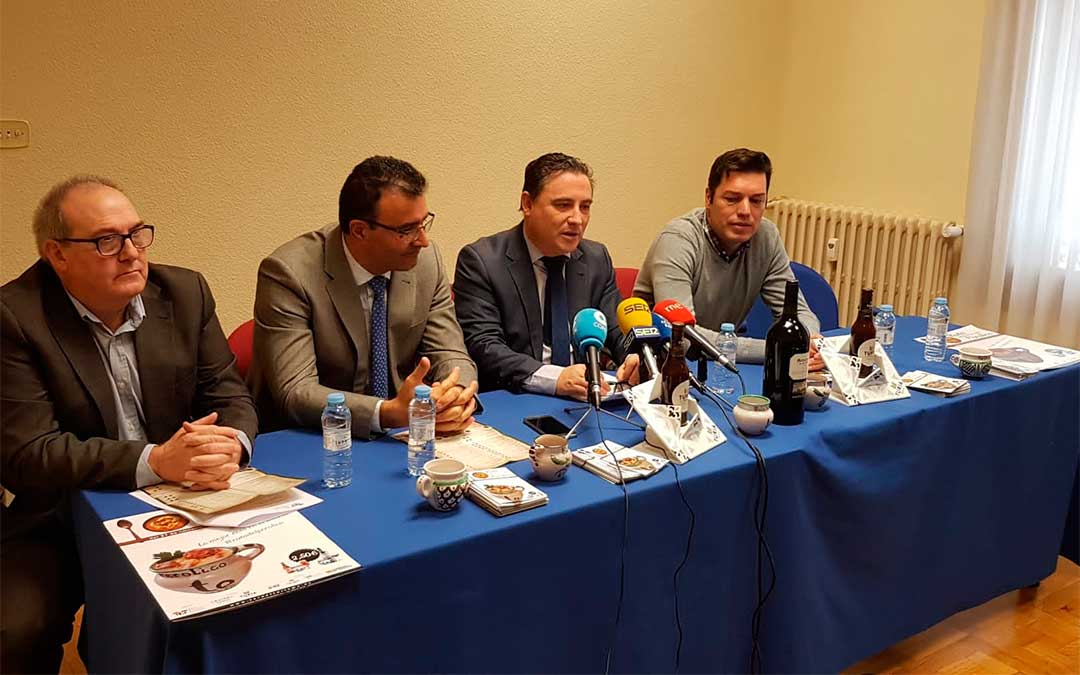 De izda. a derecha; Marcelo Gómez representante de Cervezas Turia, Juan Carlos Pérez de Caja Rural de Teruel, Juan Ciércoles Presidente de Teruel Empresarios Turísticos y Javier Domingo Concejal de Turismo.
