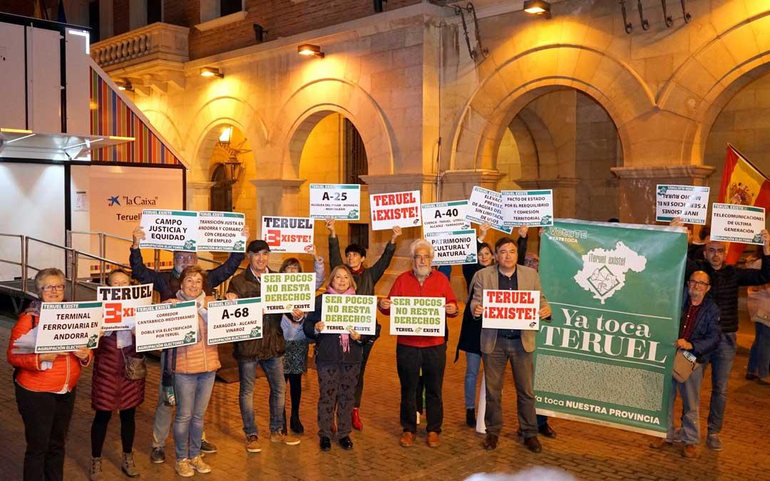El número 1 al Congreso, Tomás Guitarte, con otros miembros de la candidatura, en la pegada de carteles que dio comienzo a la campaña / TE