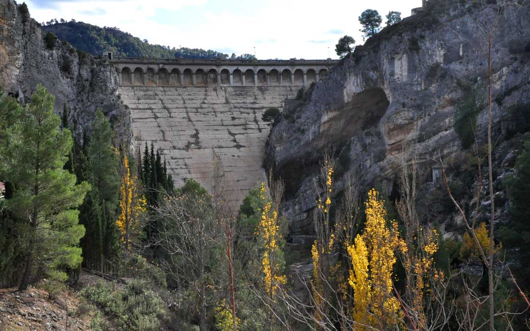 La presa del embalse de Pena represa las aguas del río del que toma el nombre en los municipios de Beceite y Valderrobres.