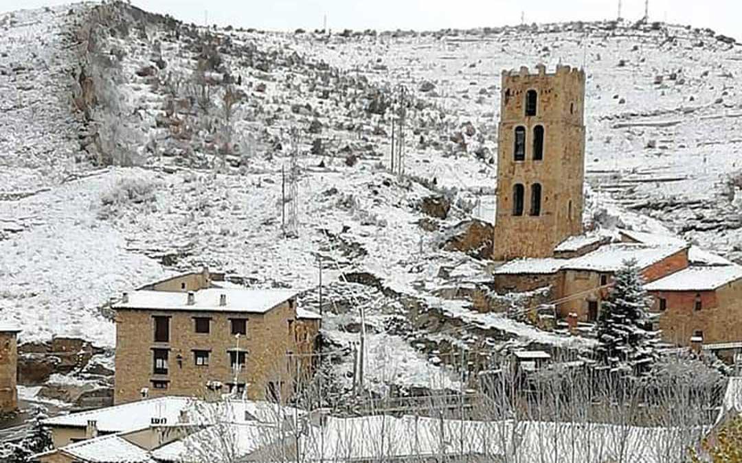 Villarroya de los Pinares amaneció con nieve el domingo. / Casa Rural El Patio del Maestrazgo