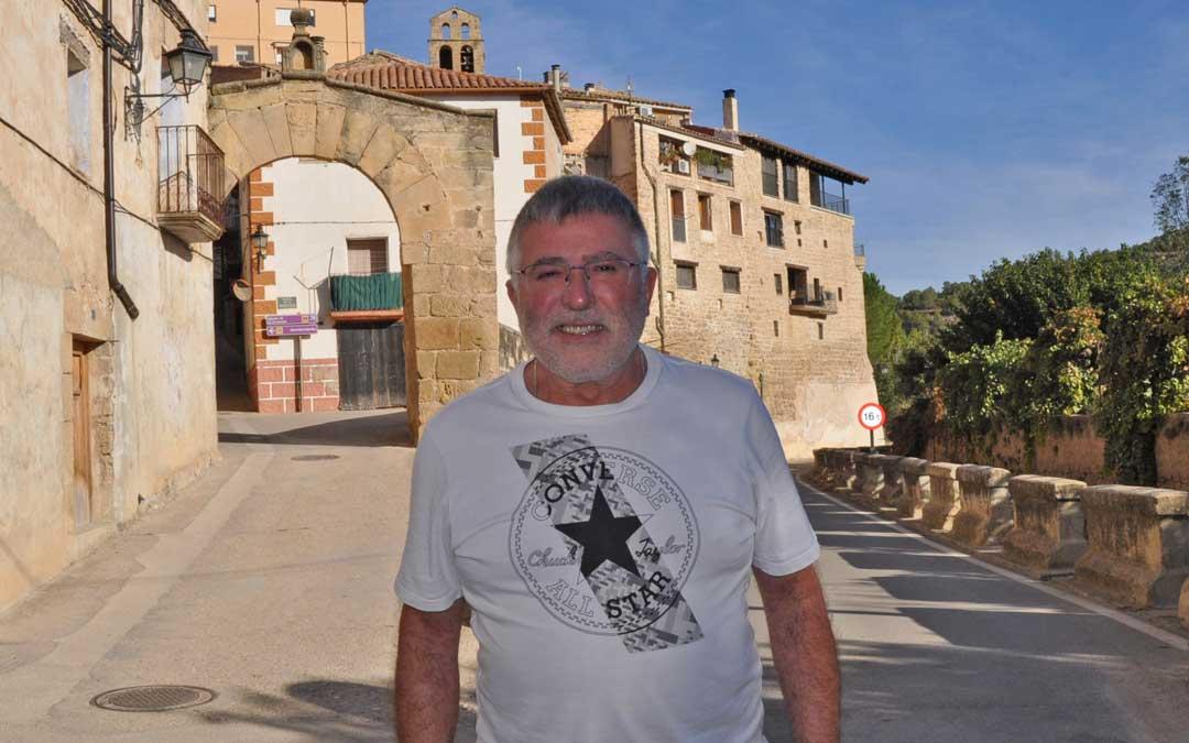 El nuevo alcalde de Arens de Lledó junto al portal y uno de los rincones más representativos de Arens.