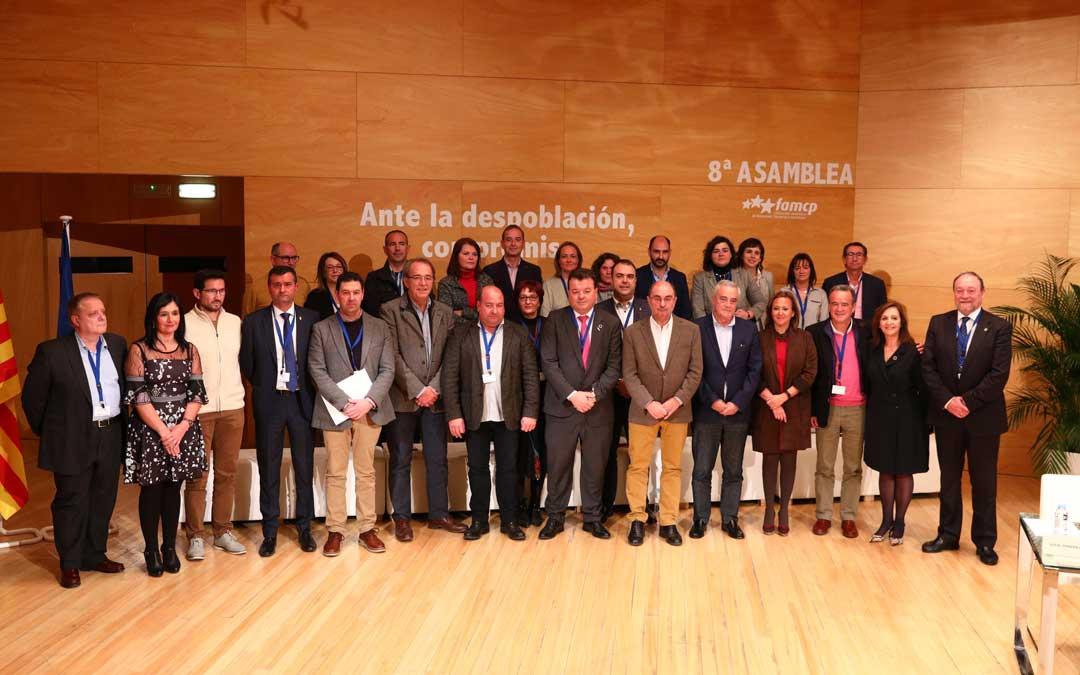 Foto de familia de la FAMCP en su asamblea en la que aparece el alcalde de Ariño además de los primeros ediles de Torrevelilla y Albalate del Arzobispo. / DGA