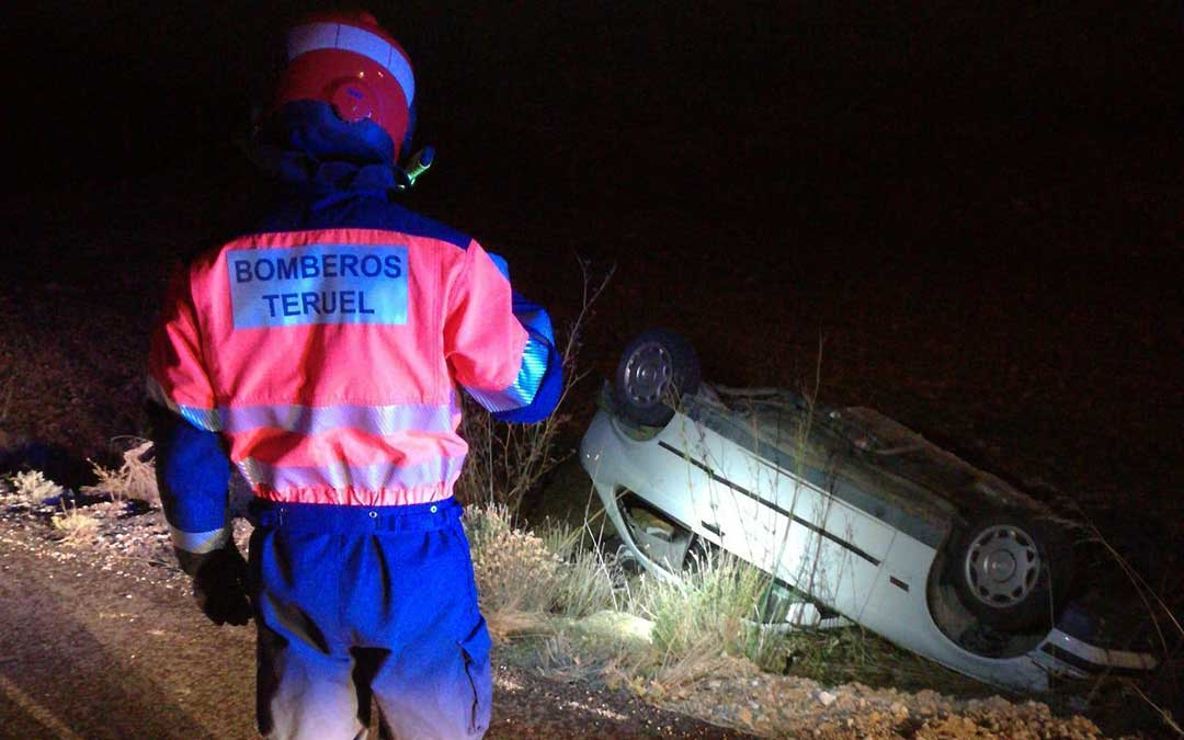 Imagen del vehículo tras salirse de la vía./ Servicio de Bomberos de la Diputación de Teruel