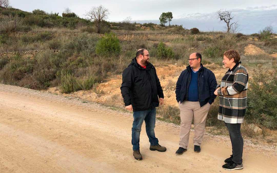 De izquierda a derecha, el alcalde Raúl Bordás, el vicepresidente Alberto Izquierdo y la diputada Berta Zapater, visitando la zona que el Ayuntamiento demanda arreglar./ DPT