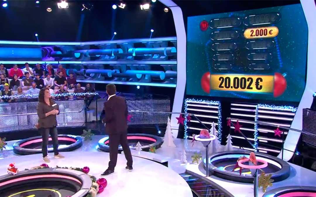 Nomaya Prats junto al presentador Arturo Valls en el momento en el que conoce su premio.