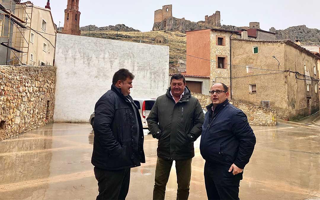 De izquierda a derecha, el alcalde Jerónimo Gracia, José Sancho y Alberto Izquierdo en la plaza que se ha reformado con el Plan de Obras y Servicios./ DPT