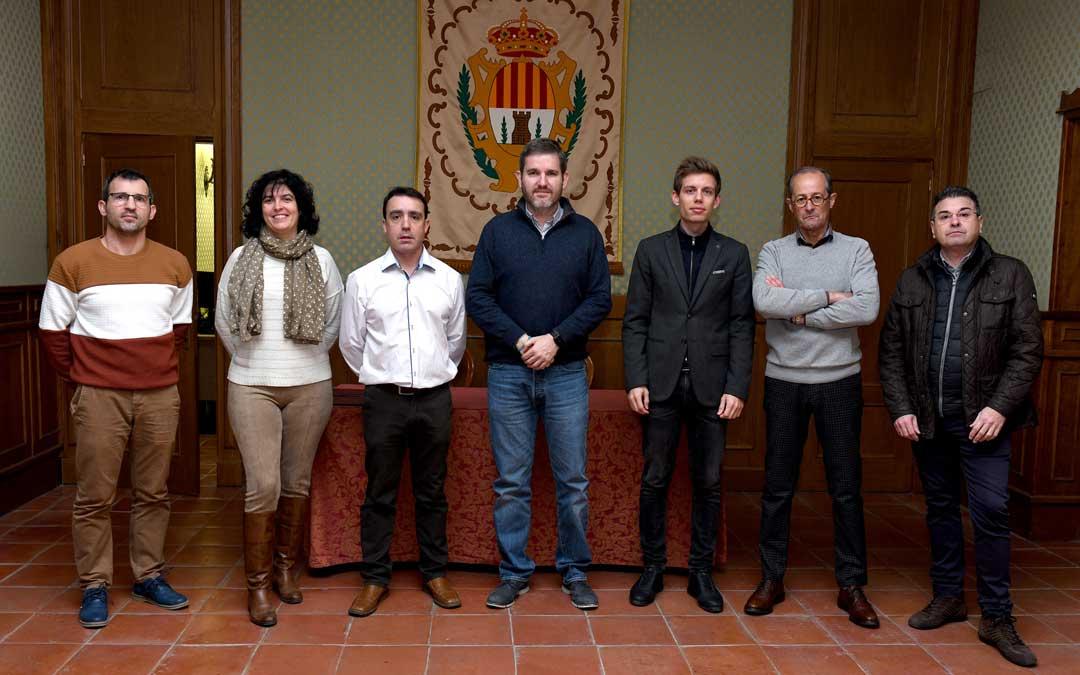 El alcalde, en el centro, con los representantes de las seis asociaciones.