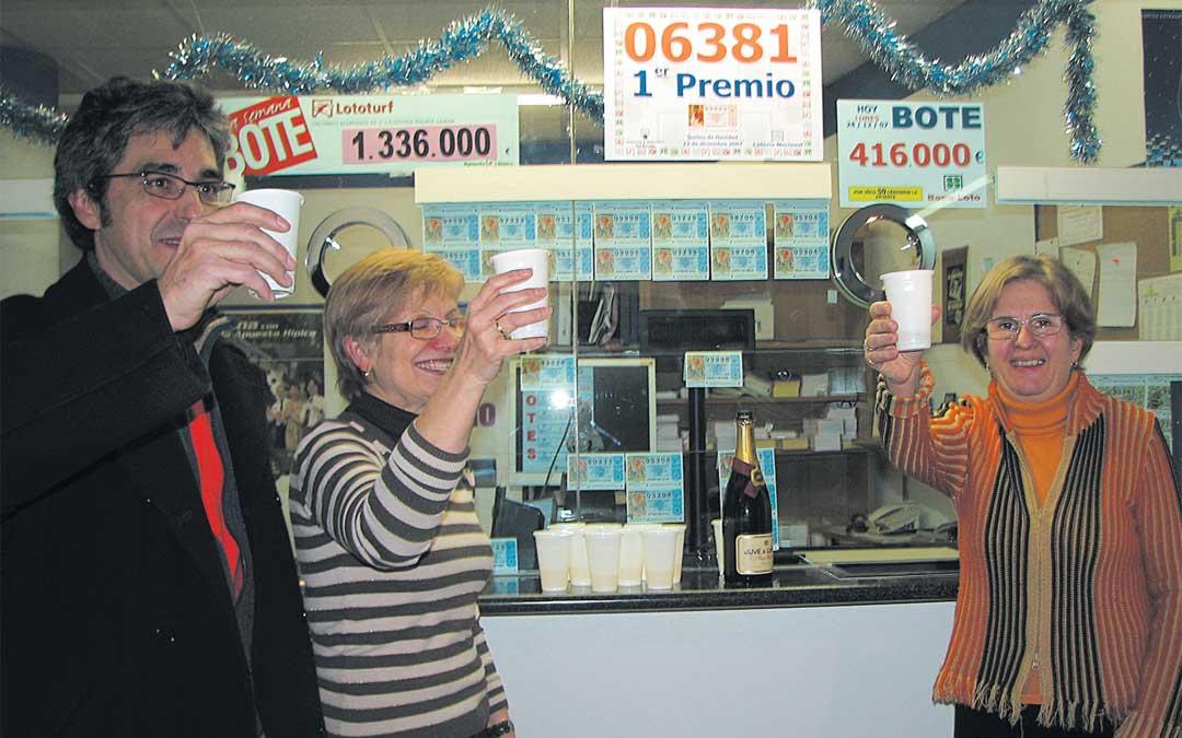 En la Administración Nº1 de Alcañiz, José Manuel Rey y su equipo, brindaban en 2007 tras haber repartido el Primer Premio de la Lotería de Navidad, una imagen que desean repetir pronto. / ARCHIVO LA COMARCA