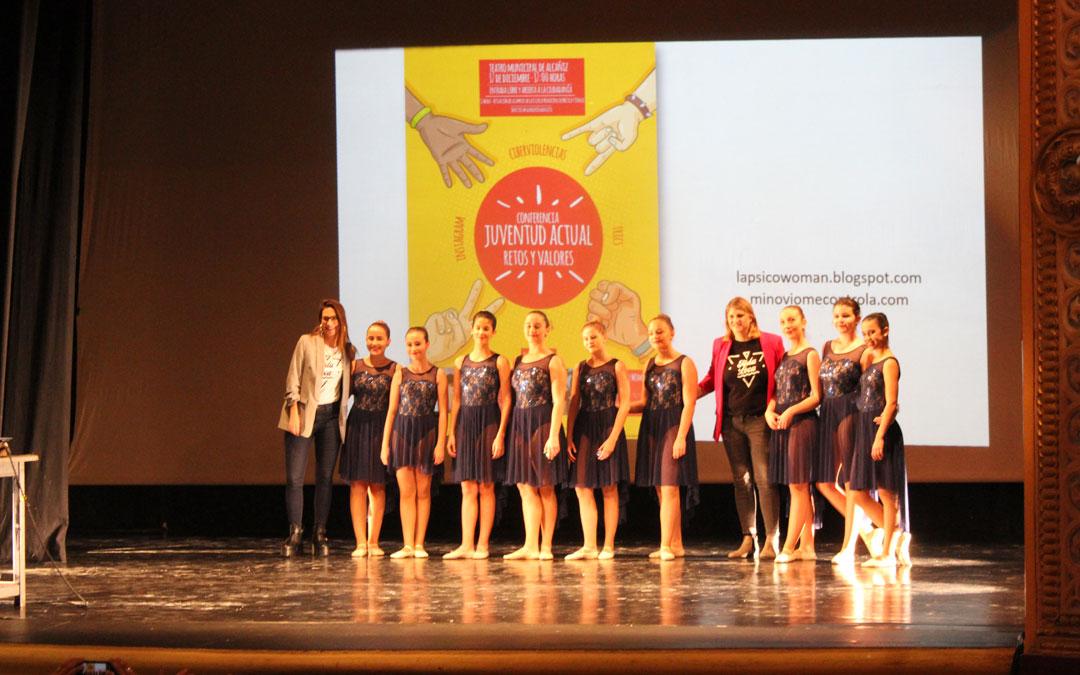 Isa Duque, Psico Woman, posa junto a la edil Susana Mene con las alumnas de Ballet de la Escuela Municipal de Música y Danza de Alcañiz que abrieron el acto en el teatro. / B. Severino