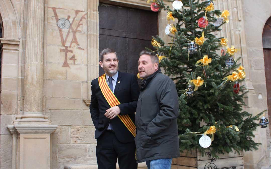 El alcalde, Ignacio Urquizu, conversando con el consejero José Luis Soro en la inauguración de la restauración de la Lonja y la fachada del ayuntamiento. / L. Castel