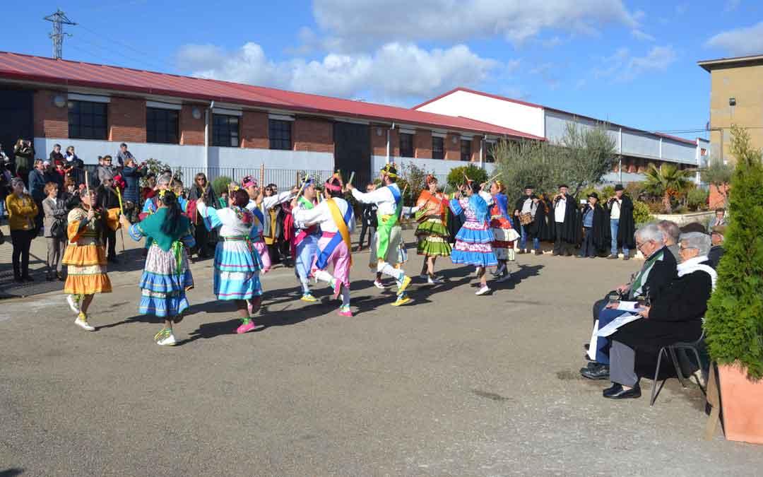 El grupo Dance de Santa Bárbara y la Martingala durante su actuación