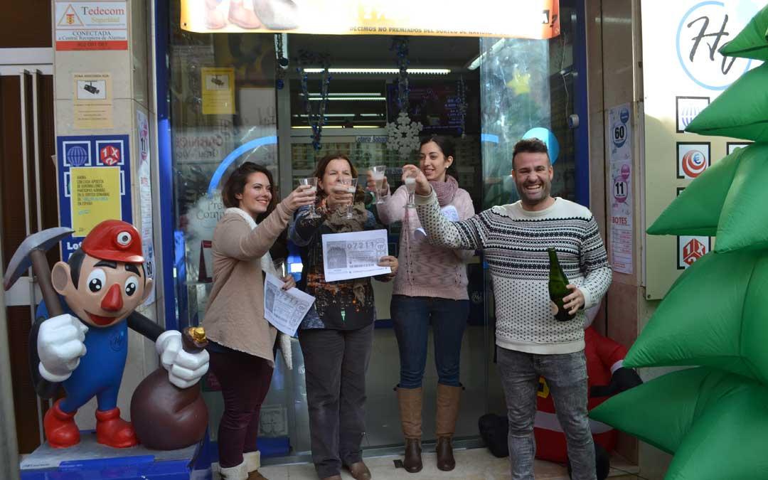 En la Administración Hortensia Valero de Andorra brindando por el cuarto premio de 2016. / M. Quílez