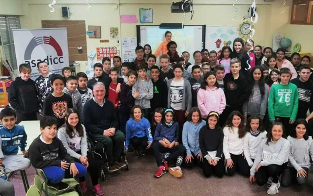 Miguel Tena junto a estudiantes de 6º del colegio Alejo Loren.