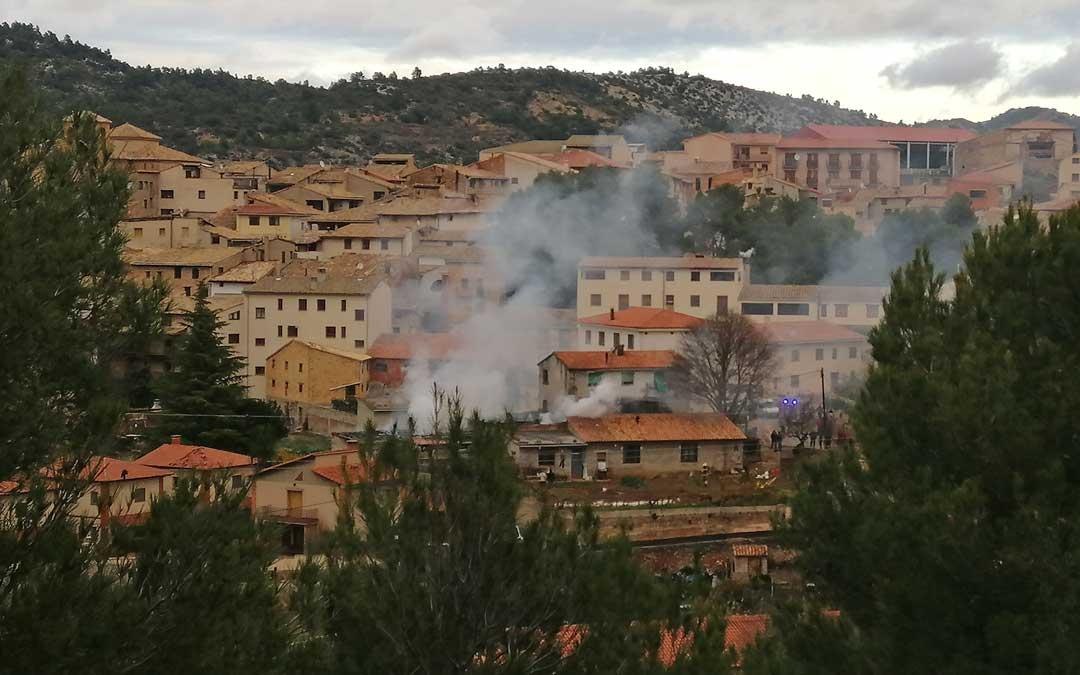 La intensa humareda ha provocado la alarma en el municipio.