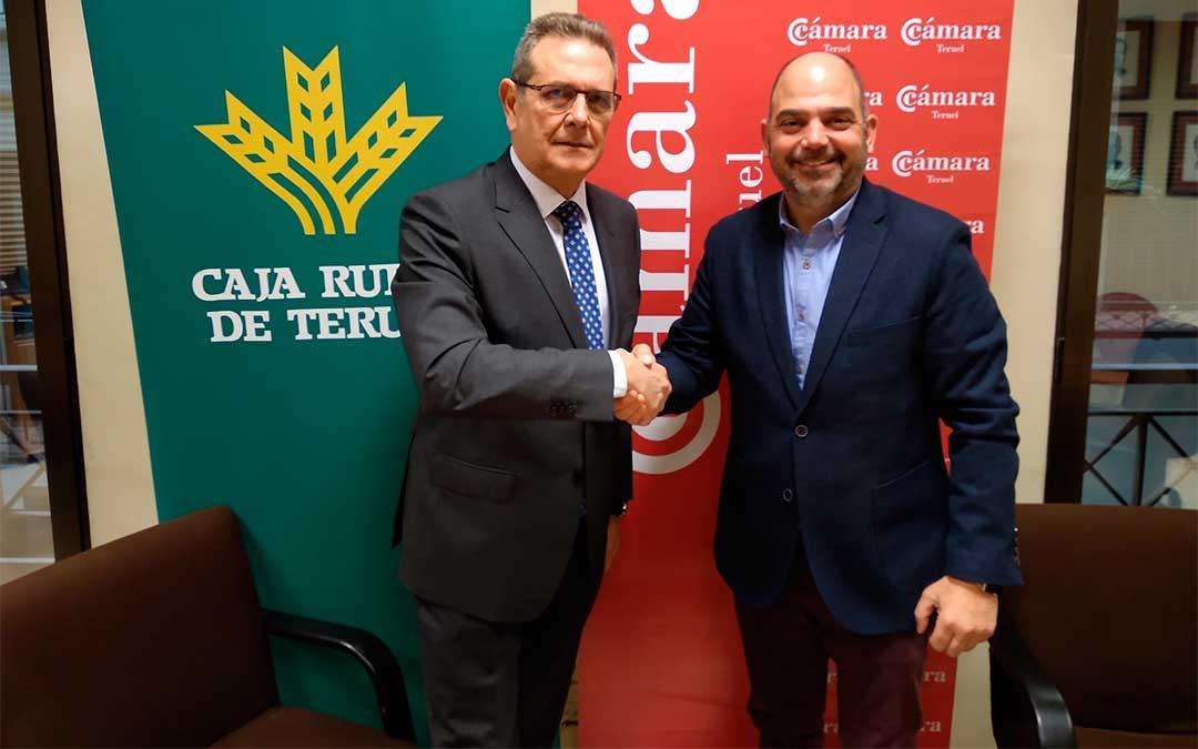 El presidente de la Caja Rural de Teruel, José Cuevas y el presidente de la Cámara de Comercio, Industria y Servicios de Teruel, Antonio Santa Isabel./ Cámara de Teruel