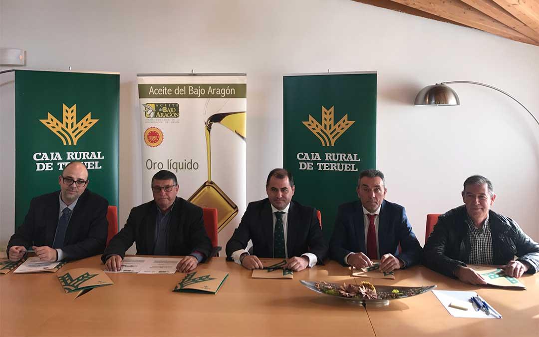 El director general de Caja Rural de Teruel, David Gutiérrez Díez, junto a los presidentes de las Denominaciones de Origen turolenses./ Caja Rural