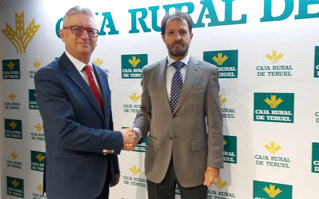 El director gerente de la Fundación, Luis Alcalá, y el director de Zona Alto Teruel de Caja Rural, Juan Mangas./ Caja Rural