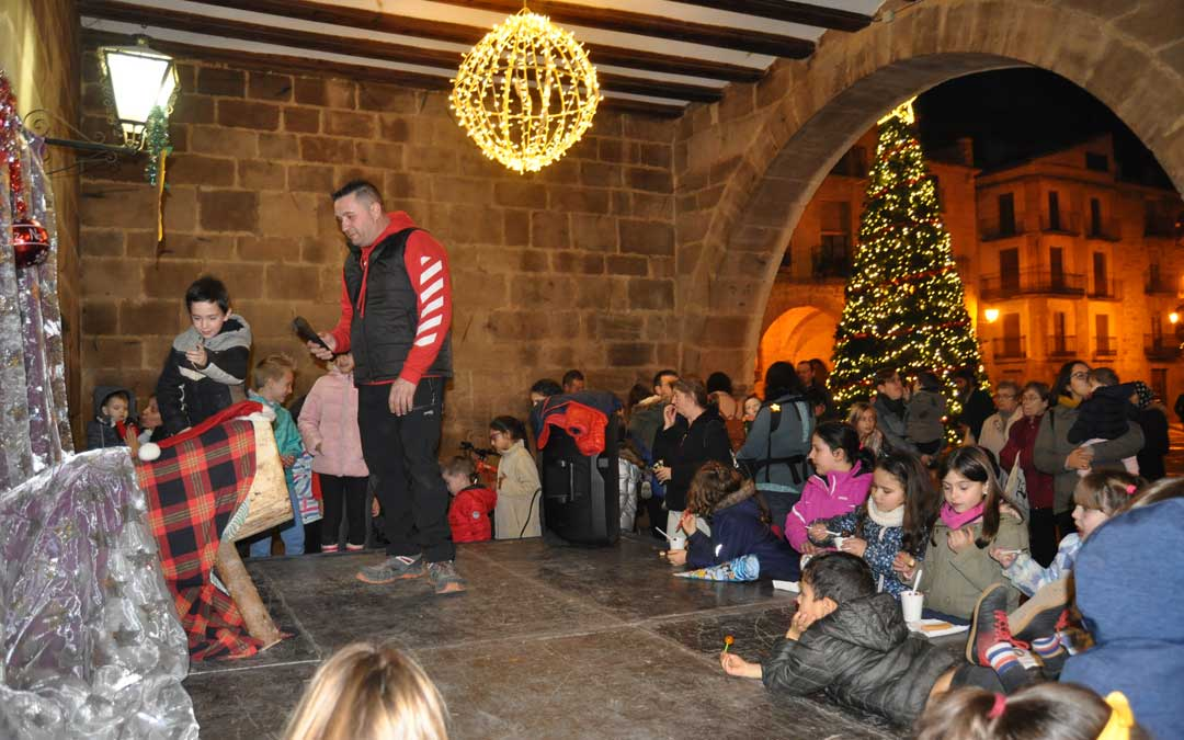 Los porches de la lonja de Calaceite acogerion el tronc de Nadal.
