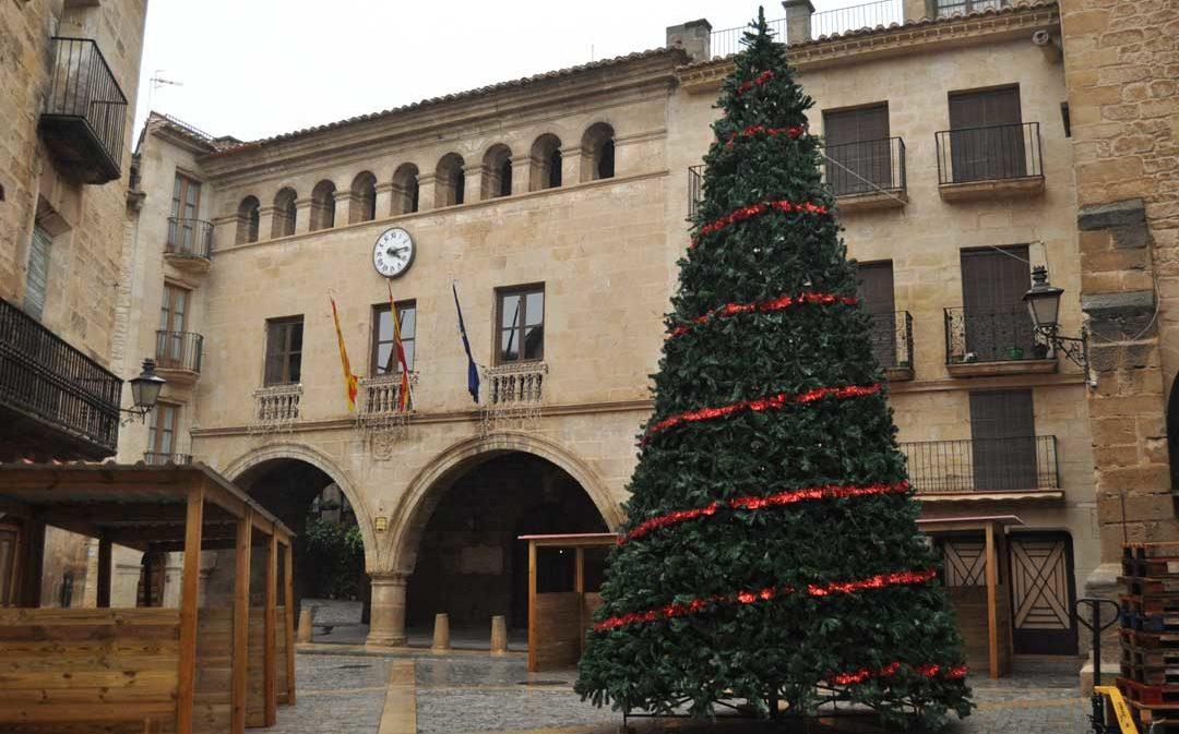 Calaceite estrena feria navideña con una pista de hielo y la visita de Papá Noel
