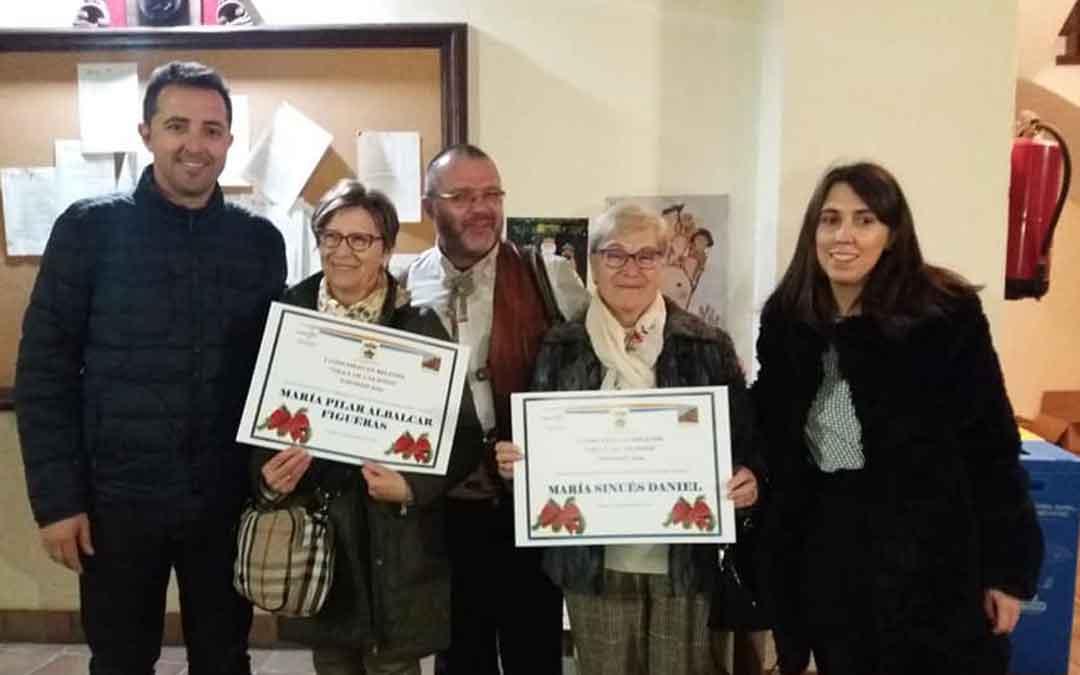 Las ganadoras junto al párroco, el alcalde y la edil