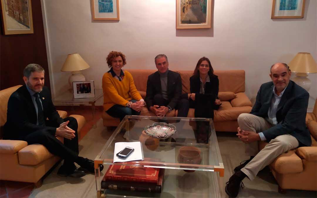 La reunión se mantuvo ayer en el ayuntamiento alcañizano./ Cámara de Comercio