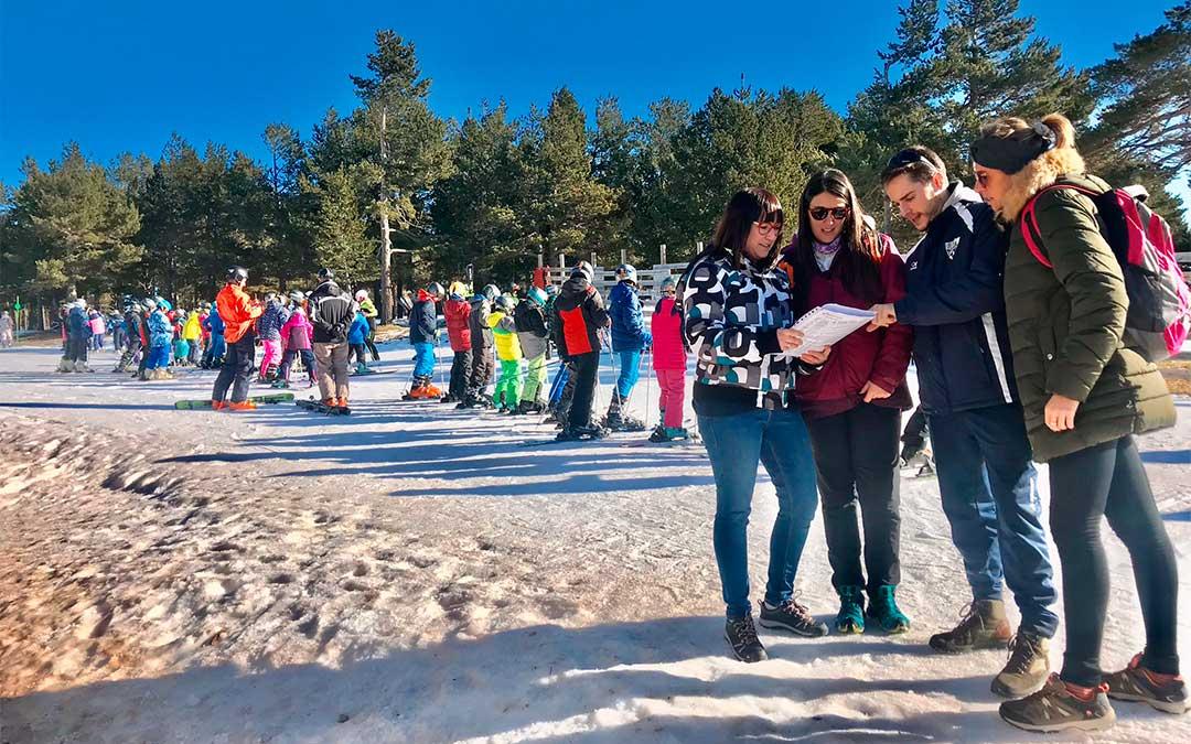 Susana Traver, diputada delegada de Juventud y Deportes, junto a los monitores de la campaña de esquí a pie de pista en la Estación de Valdelinares./ DPT