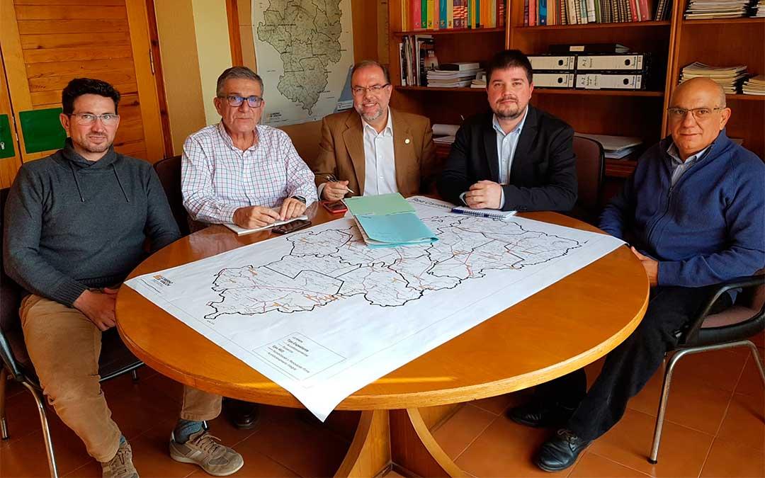 Bizén Fuster y José Manuel Salvador con el alcalde de Torrevelilla, el teniente de alcalde de La Cañada de Verich y el vicepresidente de la comarca de Bajo Aragón./ DGA