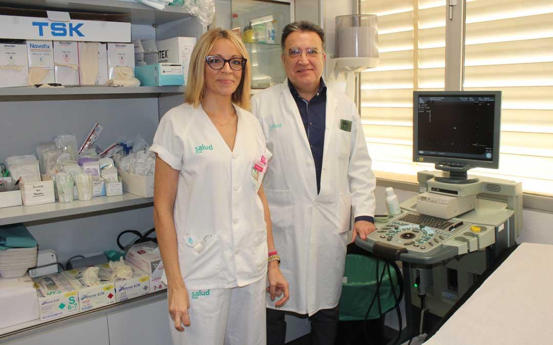 La enfermera y el jefe del Servicio de Cirugía del Hospital Comarcal de Alcañiz, Silvia Blasco y Fernando Martínez / Laura Castel