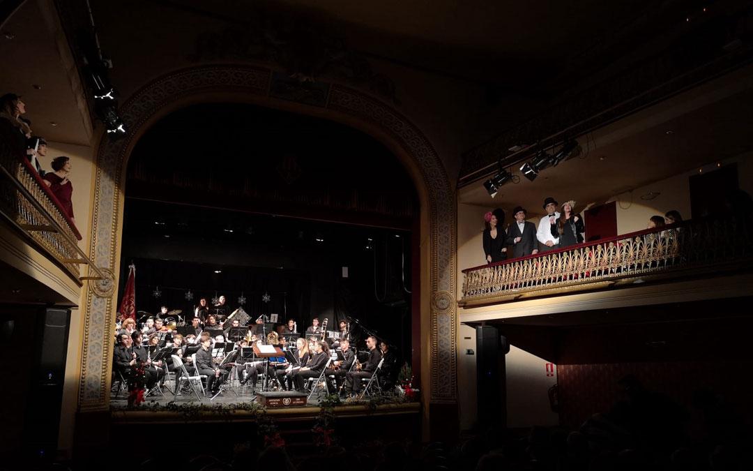 """El grupo de teatro """"Entrebastidores"""" inician desde el balcón del Teatro Municipal el concierto de la Lira en Alcañiz./ I. M."""