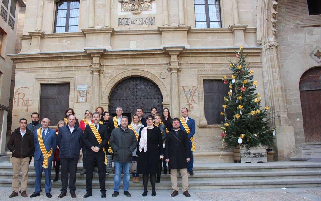 Foto de familia de los representantes del Gobierno de Aragón, Ayuntamiento de Alcañiz y Comarca del Bajo Aragón / L. Castel