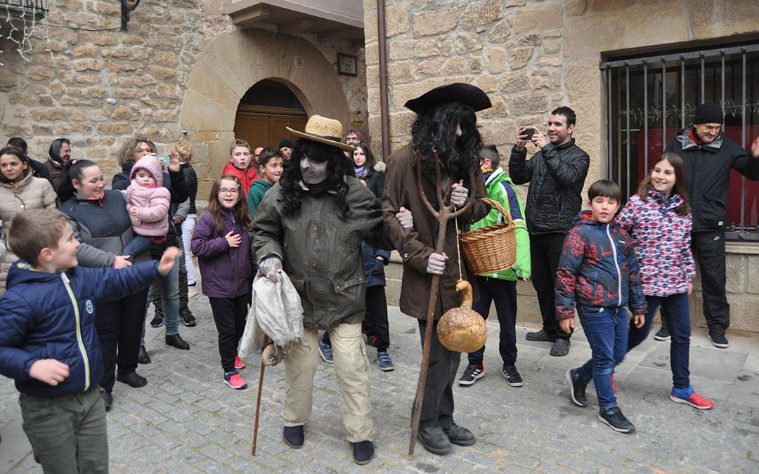 El home dels nasos ha venido acompañado este año del hombre del saco.